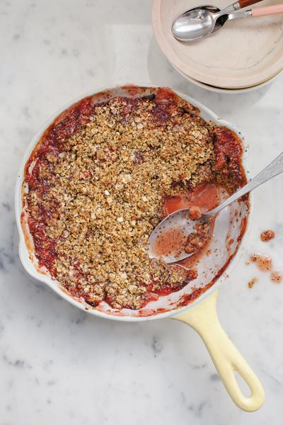 Overheerlijke aardbeien- of rabarbercrisp van Anna Jones