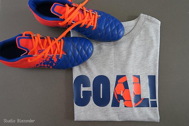 """t-shirt gemaakt met knock-outtechniek: de voetbal zit ingebed in het woord """"goal"""""""